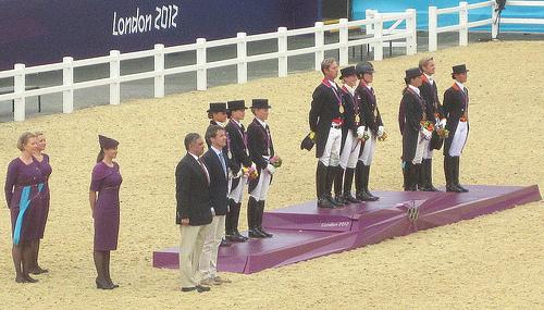 Zawodnicy ujeżdżenia na dekoracji medalowej podczas igrzysk olimpijskich w Londynie